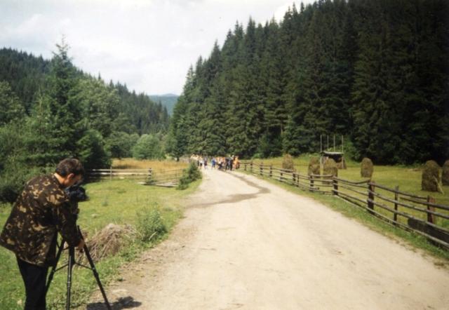 """2000 рік. Зйомки фільму """"Ойкос запрошує в Карпати"""". Експедиція рухається до Говерли"""