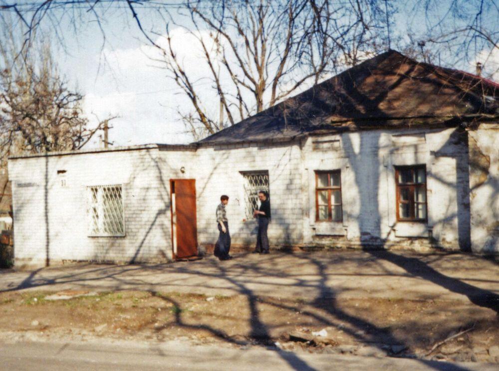 2001 рік. Біля студії